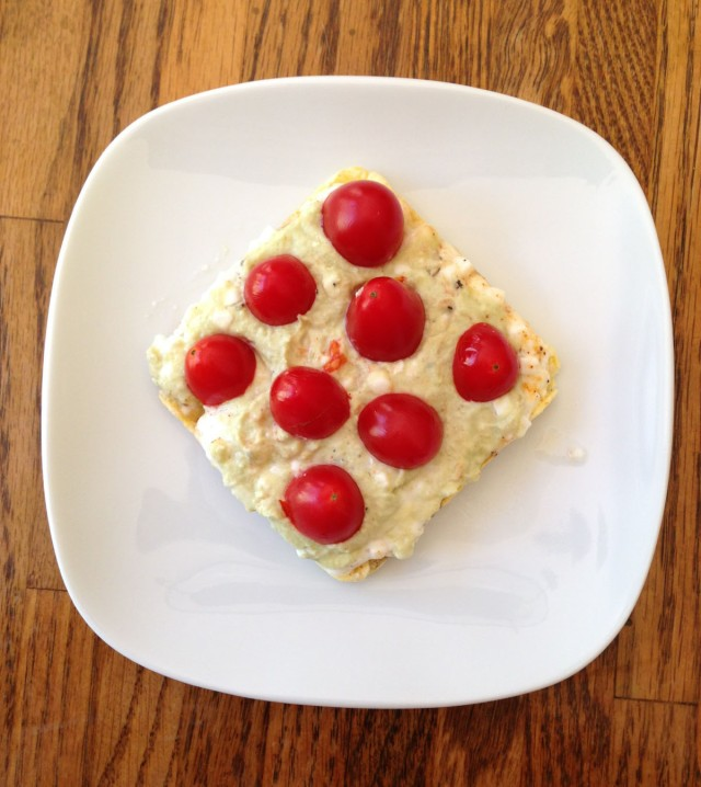 Rice cake with edamame hummus & tomatoes: so delicious and so few calories!